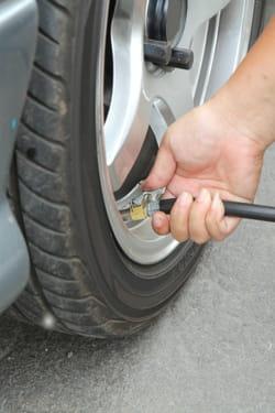 v rifier la pression de vos pneus pr parer sa voiture pour l hiver nos conseils linternaute. Black Bedroom Furniture Sets. Home Design Ideas