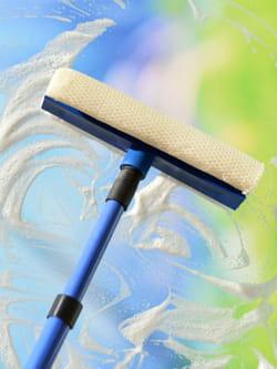 19 astuces pour nettoyer ses vitres efficacement et sans laisser de traces la raclette pour. Black Bedroom Furniture Sets. Home Design Ideas
