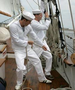 cette expression fait référence à la solidarité qui unit les marins.