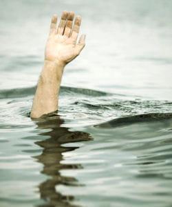 ce naufragé aurait bien besoin d'une planche de salut...