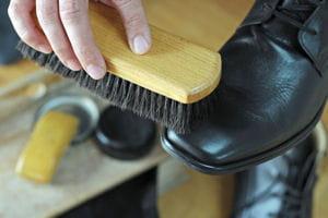 nettoyer les chaussures en cuir garder ses chaussures en bon tat plus longtemps linternaute. Black Bedroom Furniture Sets. Home Design Ideas