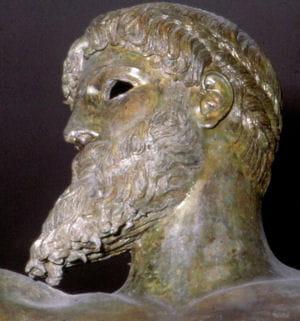 statue de poséidon dans le musée national archéologique d'athènes en grèce.