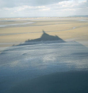 l'ombre du mont-saint-michel se répand dans la baie.
