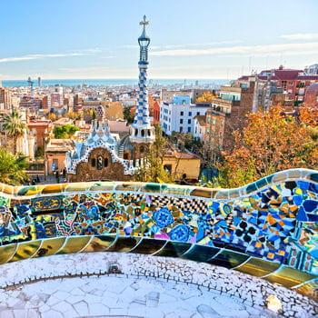 le parc guell de l'architecte antoni gaudi, l'une des merveilles de barcelone.