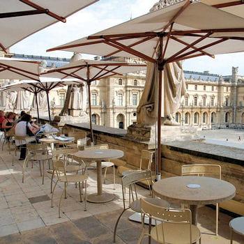 vue plongeante sur la pyramide terrasses parisiennes o boire un verre en hauteur linternaute. Black Bedroom Furniture Sets. Home Design Ideas