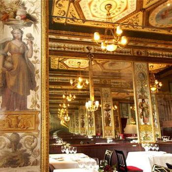le grand véfour est un joyau de l'art décoratif du xviiie.