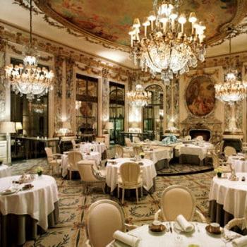 la salle du restaurant, ainsi que le hall d'entrée et le bar on été relookés par