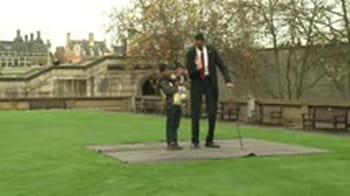 Quand le plus grand homme rencontre le plus petit