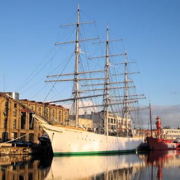 navire-école duchesse anne devant le musée portuaire.