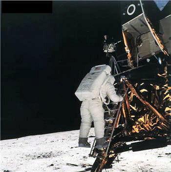 buzz aldrin descend du module lunaire pour toucher le sol; neil armstrong