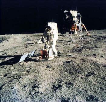 les deux astronautes ontprélevé plus de 350 échantillons de roches lunaires.