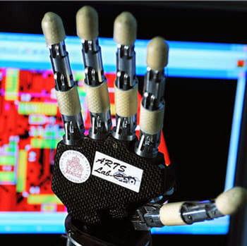 cette main artificielle doit être miniaturisée pour ne peser plus que 500