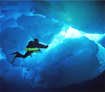 sous l'eau, la banquise se fragmente complètement.