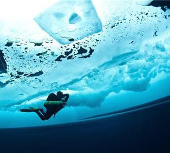 l'eau est translucide et prend des teintes émeraudes.