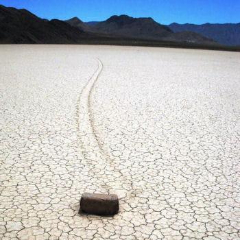 les mystérieuses traces derrière les pierres de racetrack playa