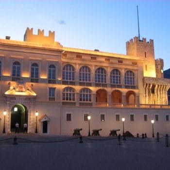 le palais princier de monaco est la résidence de la famille grimaldi.