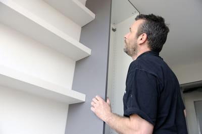bien fixer des meubles et objets lourds au mur linternaute. Black Bedroom Furniture Sets. Home Design Ideas