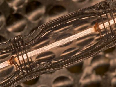l'énergie se transfert du filament à la spirale par conduction.