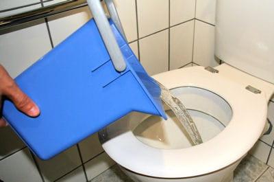 verser de l eau chaude 5 techniques pour d boucher les toilettes linternaute. Black Bedroom Furniture Sets. Home Design Ideas