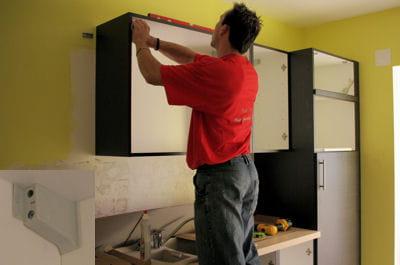 r gler les meubles hauts monter une cuisine am nag e. Black Bedroom Furniture Sets. Home Design Ideas