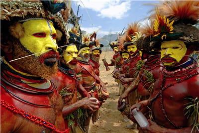 hommes d'une même tribu se faisant face pour la cérémonie.