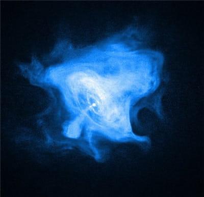 la nébuleuse du crabe émet, ici, un vent de particules.