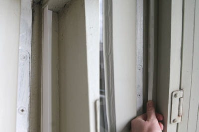 Appliquer le joint profil v calfeutrer vos portes et for Calfeutrer fenetre