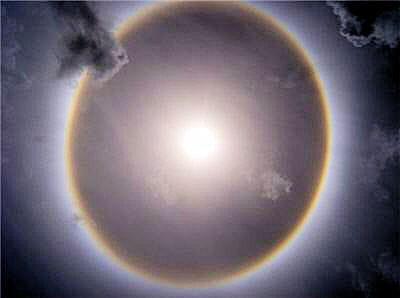 ce cercle de lumière est nommé par les scientifiques le halo de 22 degrés.