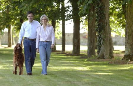 François et penelope Fillon photographiés dans les allées de leur château en mai 2007, alors que François Fillon s'apprête à devenir Premier ministre.