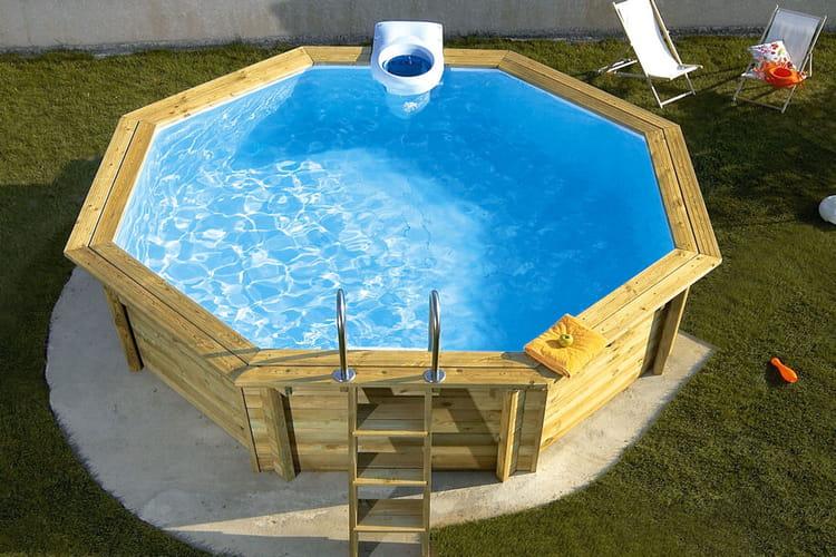 une piscine en bois piscines hors sol anticipez le retour des beaux jours linternaute. Black Bedroom Furniture Sets. Home Design Ideas