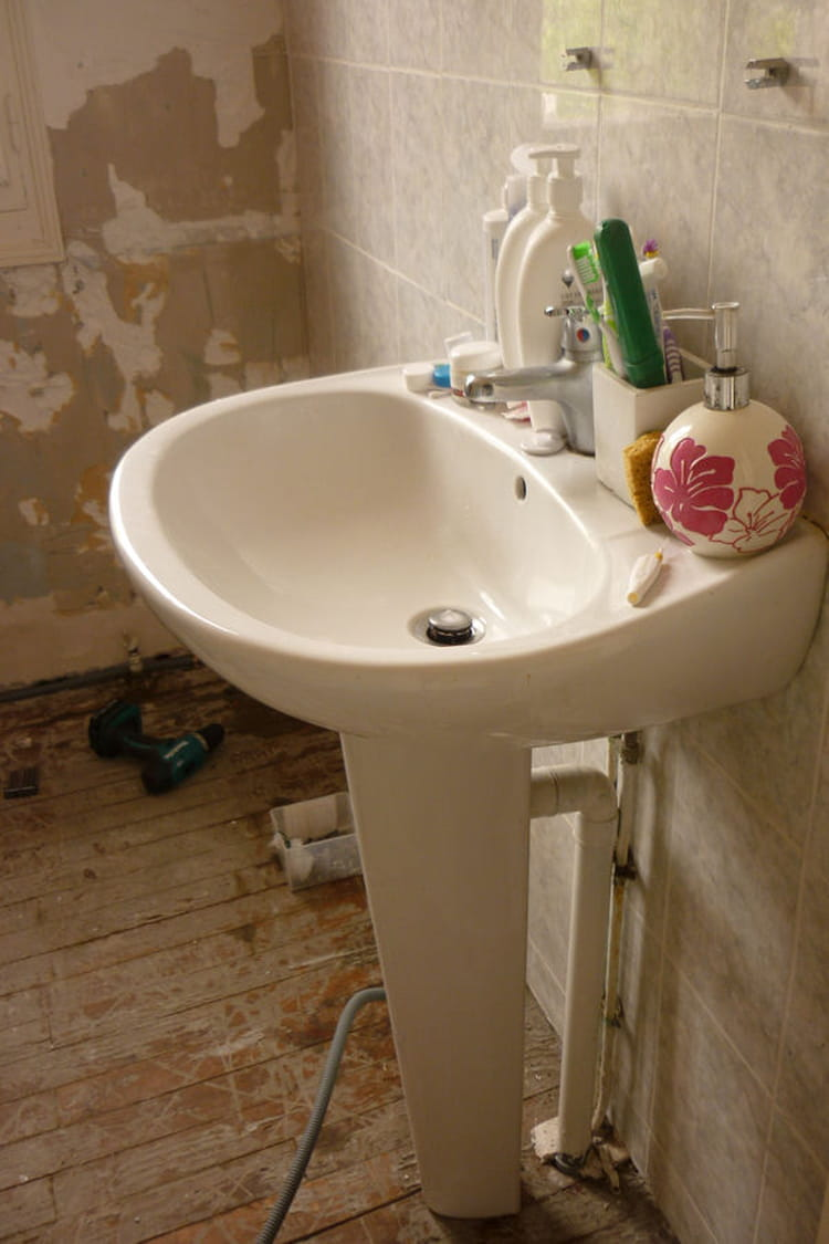 L'ancienne salle de bain en piteux état : La rénovation de la ...