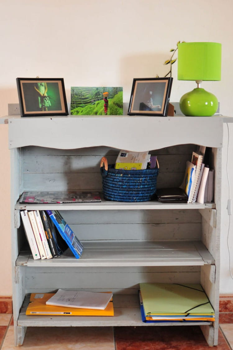 une petite biblioth que meubles en palette 20 id es. Black Bedroom Furniture Sets. Home Design Ideas