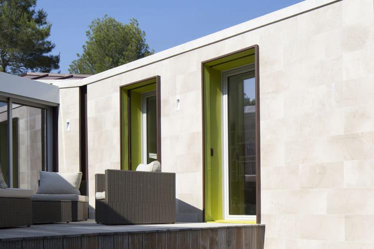 une terrasse abrit e une maison hors norme cach e dans le paysage linternaute. Black Bedroom Furniture Sets. Home Design Ideas