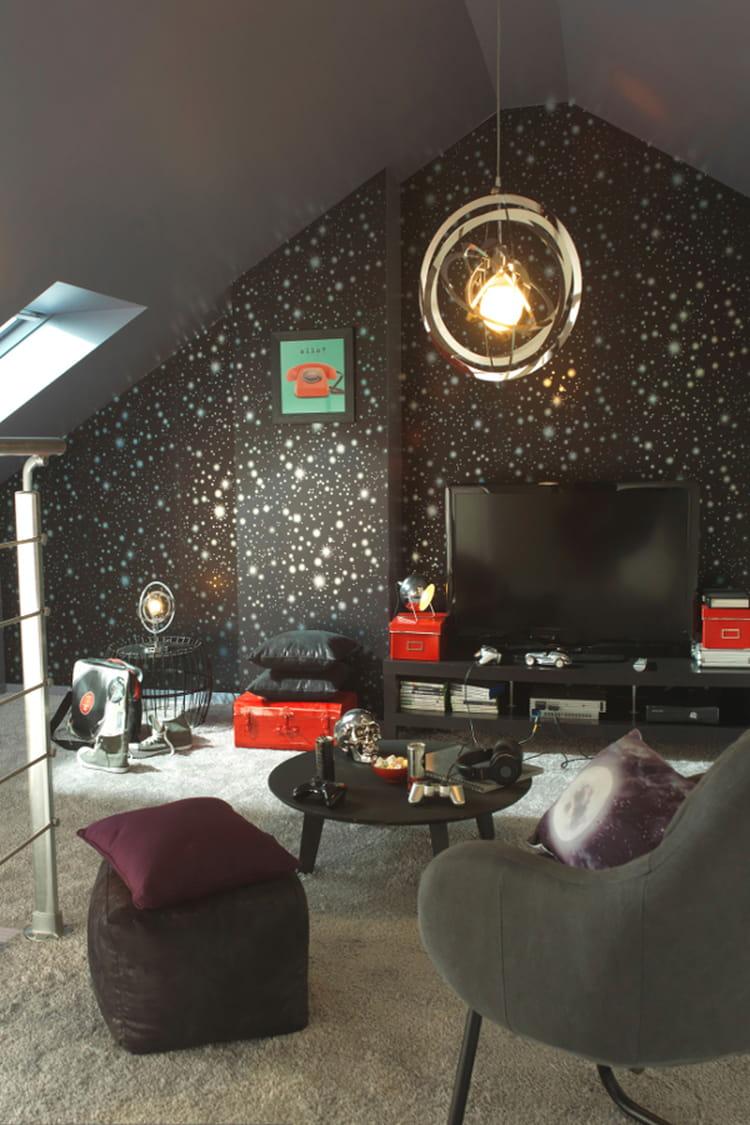 un coin t l de bonnes id es pour am nager vos combles linternaute. Black Bedroom Furniture Sets. Home Design Ideas