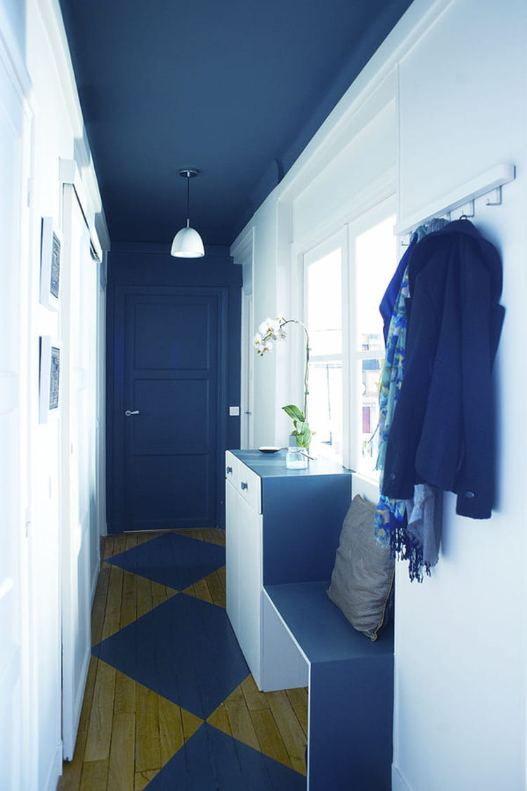un couloir en blanc et bleu des id es d co pour votre couloir linternaute. Black Bedroom Furniture Sets. Home Design Ideas