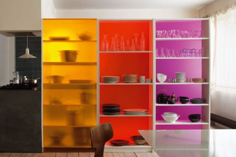 une cloison avec des tag res d tournement d 39 objets des astuces pour se meubler peu de. Black Bedroom Furniture Sets. Home Design Ideas