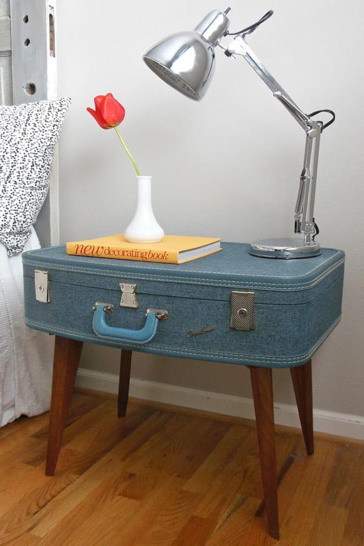 une valise devient table de chevet d tournement d 39 objets des astuces pour se meubler peu. Black Bedroom Furniture Sets. Home Design Ideas