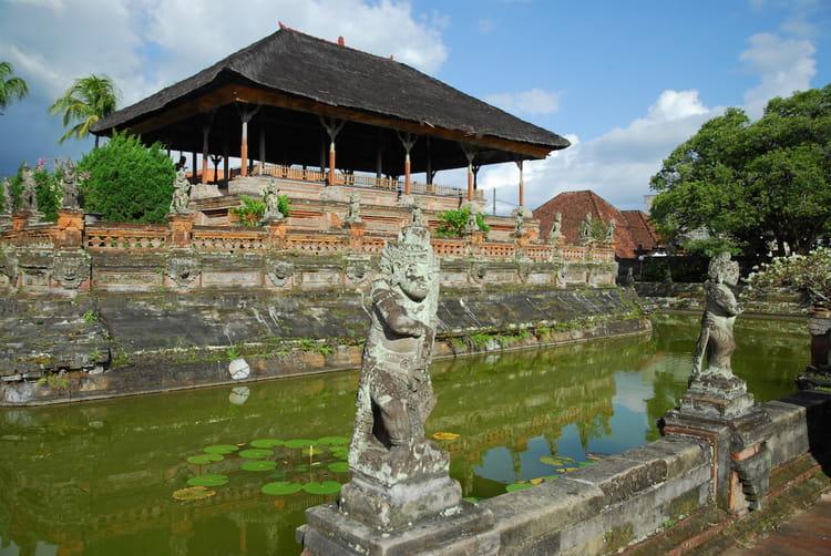 le palais de justice de klungkung   20 palais flottants  u00e0 travers le monde