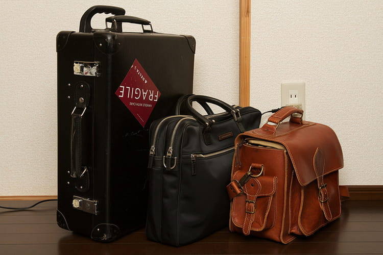 coller un autocollant fragile sa valise. Black Bedroom Furniture Sets. Home Design Ideas