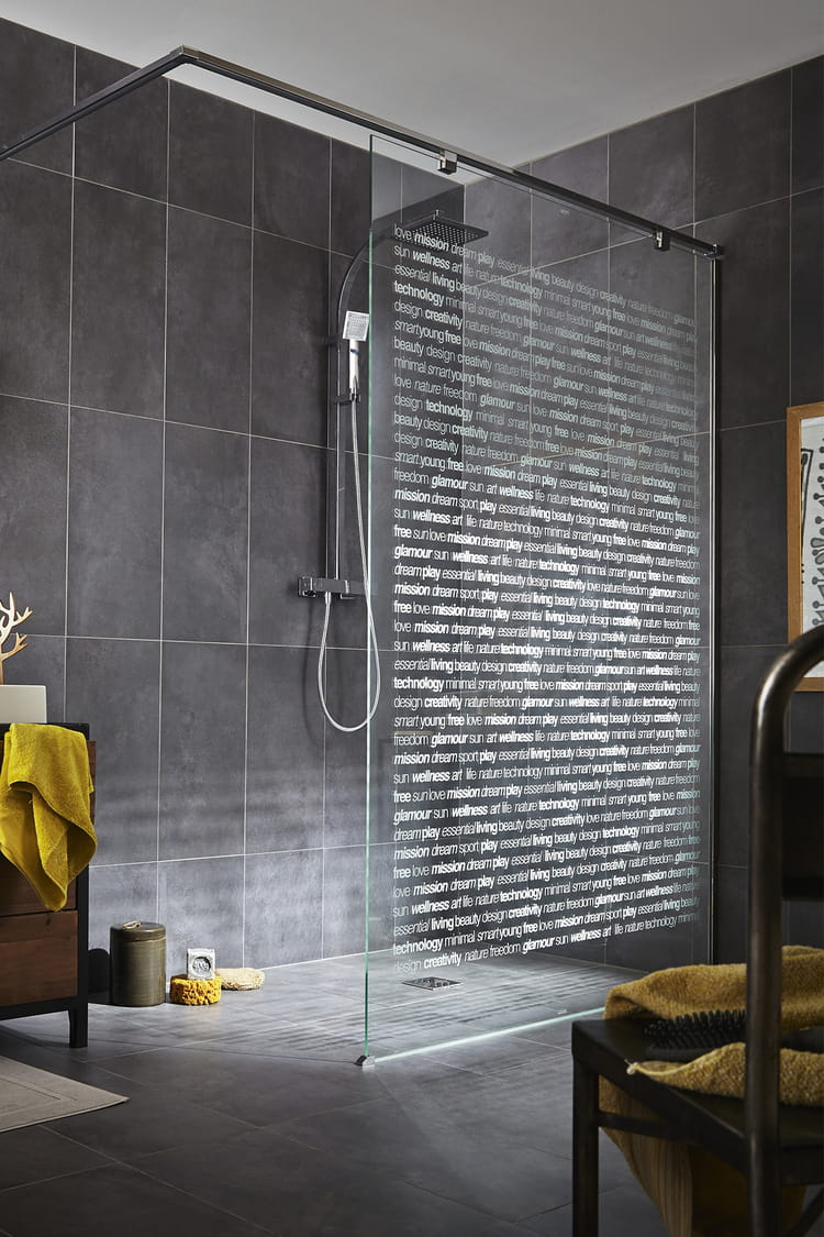 une salle de bain futuriste une pluie de douches design linternaute. Black Bedroom Furniture Sets. Home Design Ideas