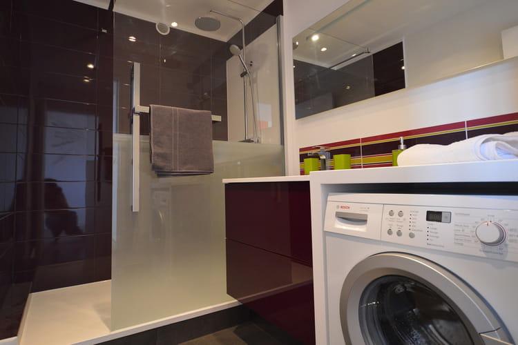 une douche semi ferm e une pluie de douches design linternaute. Black Bedroom Furniture Sets. Home Design Ideas