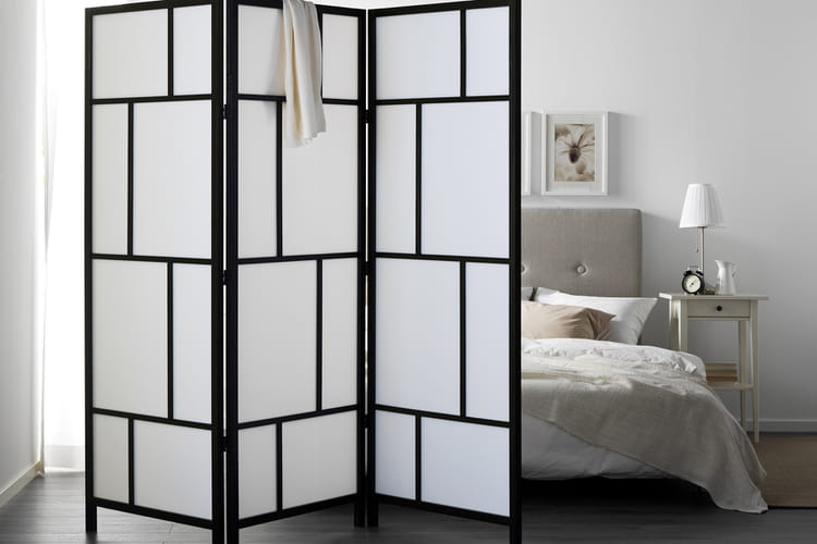 un paravent dans une chambre. Black Bedroom Furniture Sets. Home Design Ideas