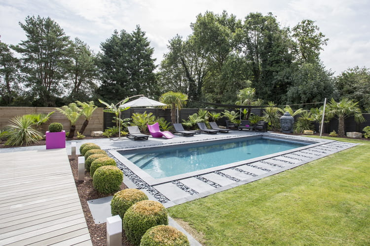 une piscine bien am nag e pour bronzer. Black Bedroom Furniture Sets. Home Design Ideas