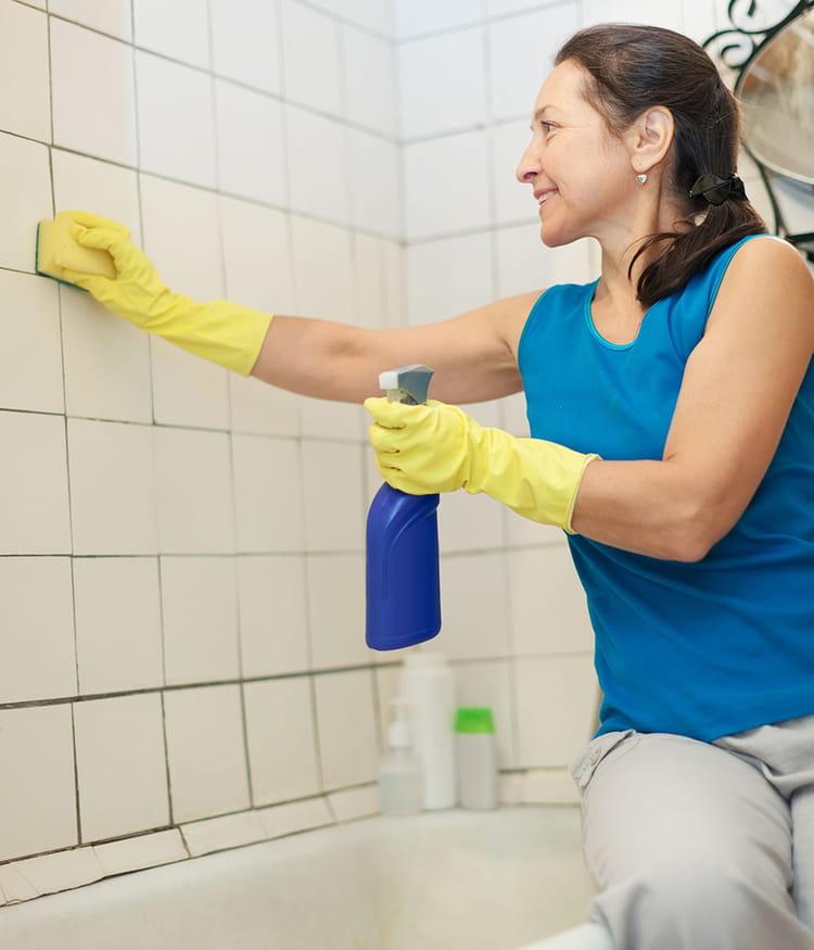 Nettoyer le carrelage de la salle de bains 20 astuces de for Nettoyer joint salle de bain