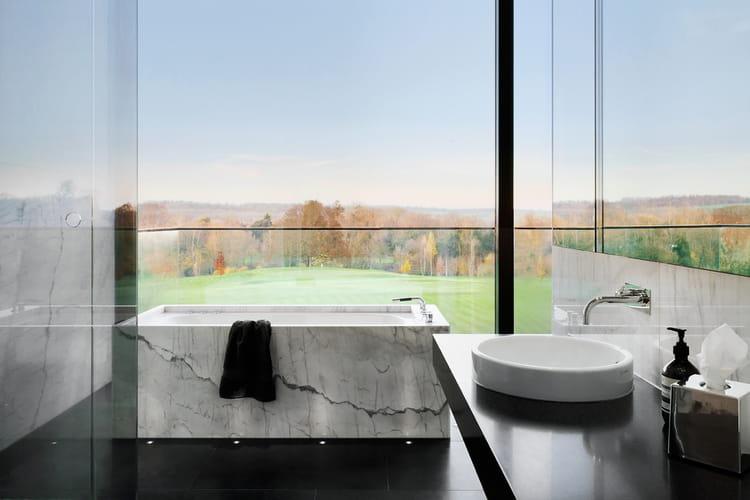 une baignoire en marbre. Black Bedroom Furniture Sets. Home Design Ideas