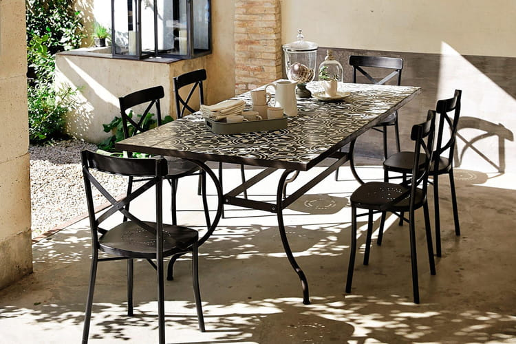 une table de jardin en carreaux de ciment salon de jardin piochez dans notre s lection. Black Bedroom Furniture Sets. Home Design Ideas