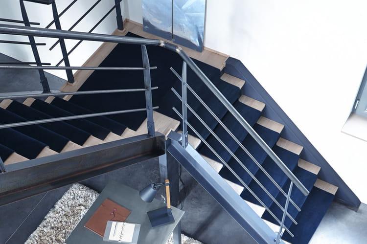 Un tapis d 39 escalier uni - Tapis pour escalier en bois ...