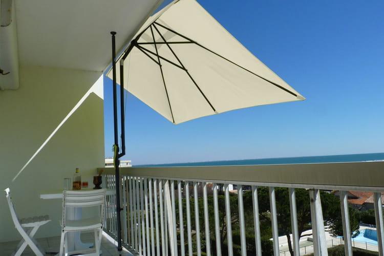 un parasol de balcon avec pied inclinable et t lescopique