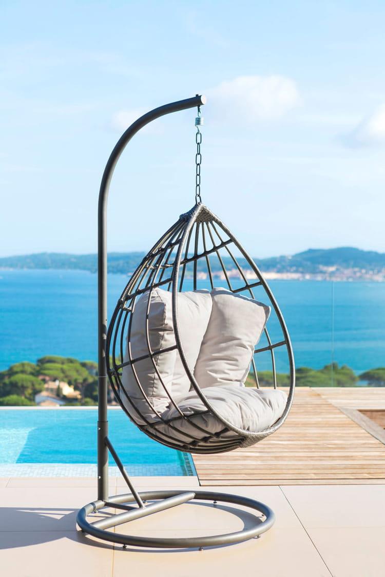 une loveuse suspendue par une cha ne au bord de la piscine. Black Bedroom Furniture Sets. Home Design Ideas