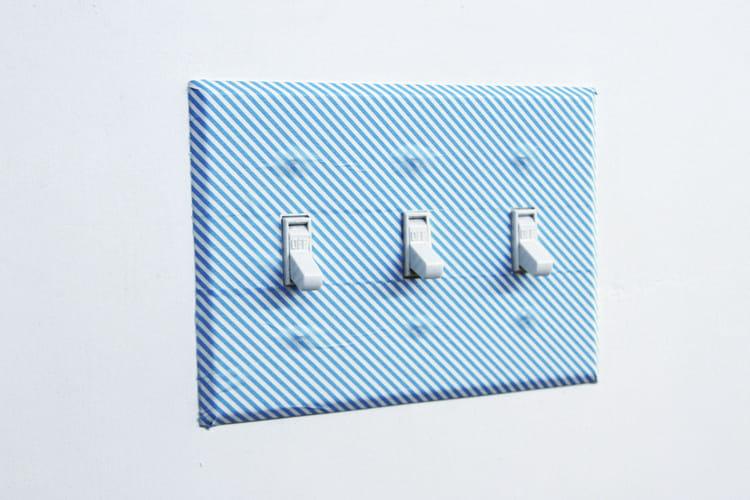 donner du peps un interrupteur masking tape 25 id es pour l 39 utiliser en d co linternaute. Black Bedroom Furniture Sets. Home Design Ideas